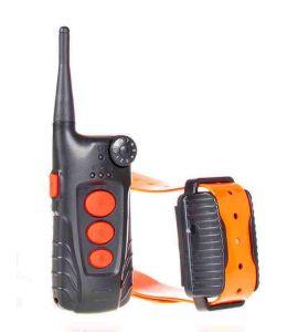 El control remoto del collar de entrenamiento del perro AT918C de Aetertek y su receptor.